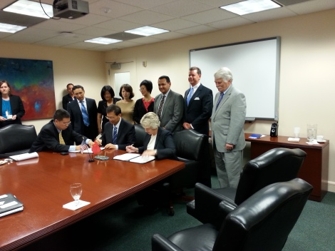 Mayor Parker and Director General Zhang renew a partnership agreement between Haidian District, Beijing and Houston.